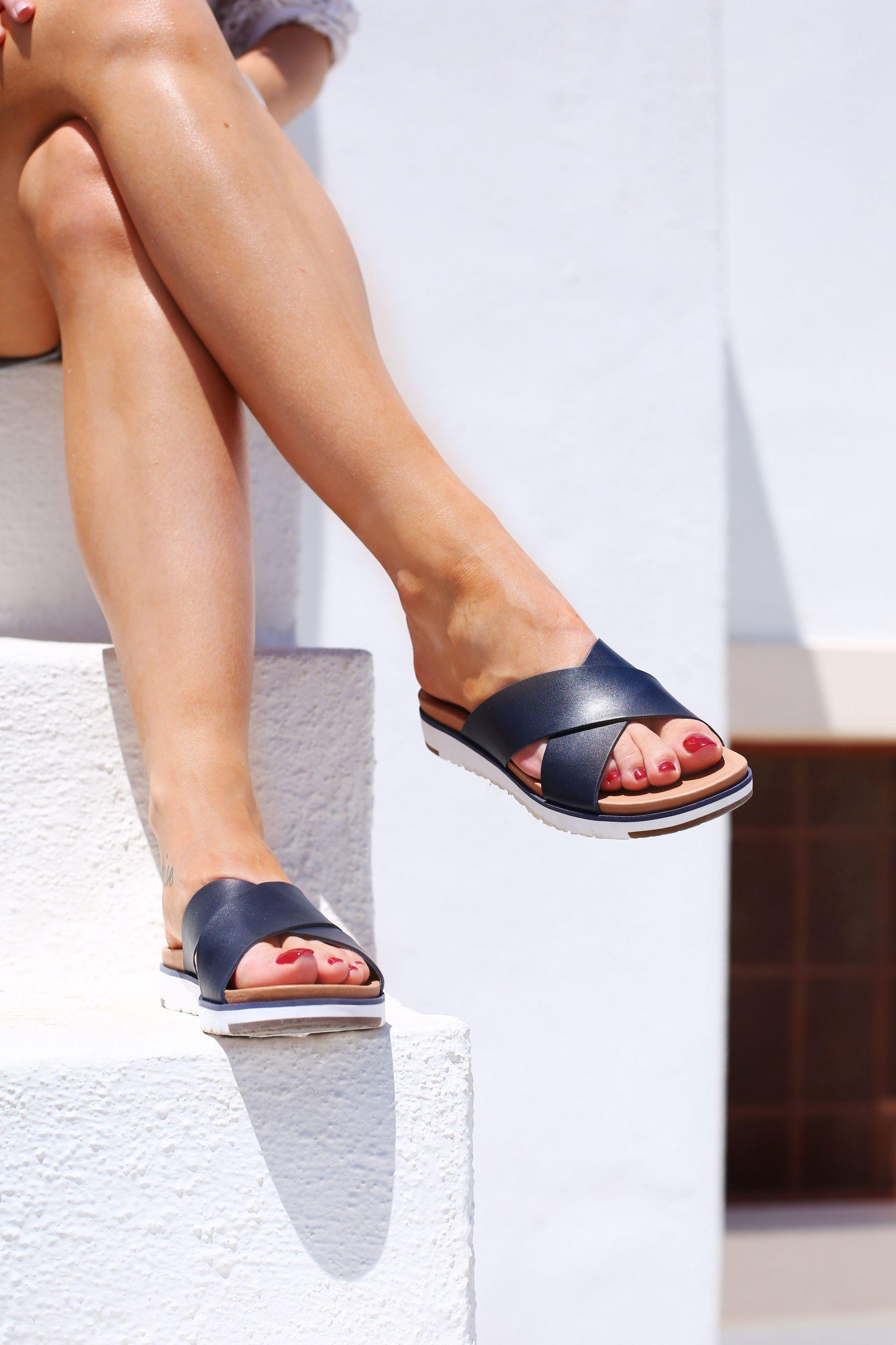 exploring oia, santorini / inthefrow / ugg fari sandals